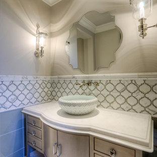 Ispirazione per un ampio bagno di servizio stile shabby con ante lisce, ante marroni, WC monopezzo, piastrelle multicolore, piastrelle di marmo, pareti beige, pavimento in marmo, lavabo a bacinella, top in quarzite, pavimento bianco e top multicolore
