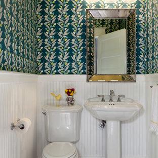 デンバーのトラディショナルスタイルのおしゃれなトイレ・洗面所 (分離型トイレ、マルチカラーの壁、モザイクタイル、ペデスタルシンク、マルチカラーの床) の写真