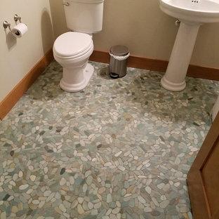 На фото: туалеты среднего размера в классическом стиле с раздельным унитазом, бежевыми стенами, полом из галечной плитки, раковиной с пьедесталом и синим полом
