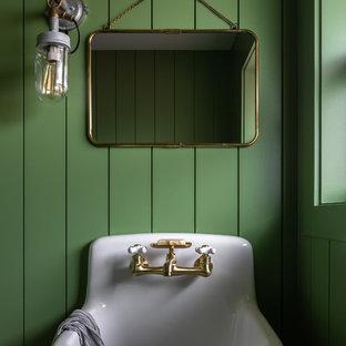 Foto di un bagno di servizio country con pareti verdi e lavabo sospeso