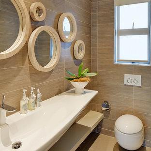 Свежая идея для дизайна: маленький туалет в современном стиле с открытыми фасадами, бежевыми фасадами, инсталляцией, керамической плиткой, коричневыми стенами, полом из керамической плитки, раковиной с несколькими смесителями и бежевой плиткой - отличное фото интерьера