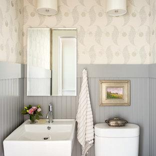 Cette image montre un petit WC et toilettes traditionnel avec un WC séparé, un mur multicolore et un lavabo suspendu.