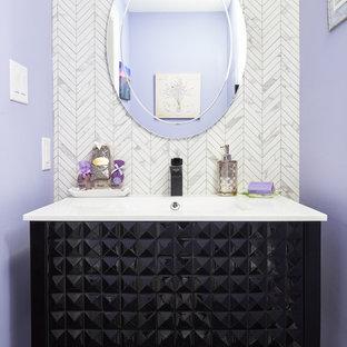 Идея дизайна: маленький туалет в стиле современная классика с фасадами островного типа, черными фасадами, унитазом-моноблоком, белой плиткой, мраморной плиткой, фиолетовыми стенами, полом из керамогранита, монолитной раковиной, столешницей из искусственного кварца, черным полом и белой столешницей