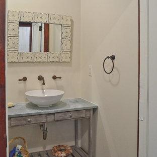 Стильный дизайн: маленький туалет в классическом стиле с плоскими фасадами, серыми фасадами, раздельным унитазом, бежевыми стенами, полом из сланца, врезной раковиной, столешницей из бетона и серым полом - последний тренд