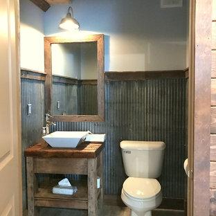 Réalisation d'un petit WC et toilettes champêtre avec un placard sans porte, des portes de placard en bois vieilli, un WC séparé, un carrelage gris, carrelage en métal, un mur gris, un sol en carrelage de céramique, une vasque, un plan de toilette en zinc et un sol gris.