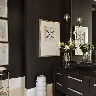 Ispirazione per un bagno di servizio tradizionale con ante nere, pareti nere, lavabo a bacinella, pavimento beige e ante lisce