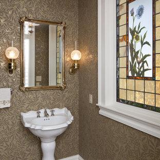 Cette photo montre un WC et toilettes victorien avec un lavabo de ferme.