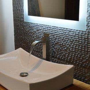 Idées déco pour un grand WC et toilettes contemporain avec une vasque, un plan de toilette en bois, un mur blanc, un sol en bois clair et un sol beige.