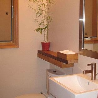 Diseño de aseo de estilo zen, pequeño, con lavabo sobreencimera, armarios abiertos, sanitario de dos piezas, suelo de baldosas de cerámica, paredes beige, encimera de madera y encimeras marrones
