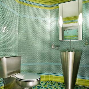 Свежая идея для дизайна: маленький туалет в стиле модернизм с столешницей из нержавеющей стали, зеленой плиткой, синей плиткой, стеклянной плиткой, раковиной с пьедесталом и зелеными стенами - отличное фото интерьера