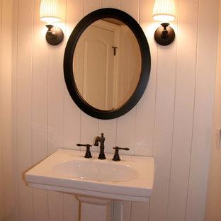 Cette image montre un petit WC et toilettes craftsman avec un mur beige et un lavabo de ferme.