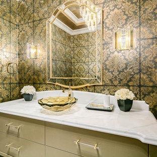 Пример оригинального дизайна: туалет среднего размера в викторианском стиле с плоскими фасадами, желтыми фасадами, раздельным унитазом, черной плиткой, желтой плиткой, разноцветными стенами, настольной раковиной, мраморной столешницей и белой столешницей