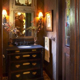 Modelo de aseo clásico con lavabo bajoencimera, armarios tipo mueble, baldosas y/o azulejos beige y encimeras azules