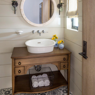 Mittelgroße Klassische Gästetoilette mit verzierten Schränken, hellbraunen Holzschränken, weißer Wandfarbe, Aufsatzwaschbecken, Waschtisch aus Holz, buntem Boden, beiger Waschtischplatte, freistehendem Waschtisch und Holzdielenwänden in Los Angeles