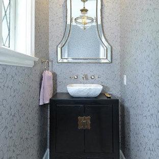 Imagen de aseo de estilo zen, de tamaño medio, con armarios con paneles lisos, puertas de armario de madera en tonos medios, baldosas y/o azulejos blancas y negros, baldosas y/o azulejos en mosaico, paredes grises, suelo con mosaicos de baldosas, lavabo sobreencimera y encimera de madera
