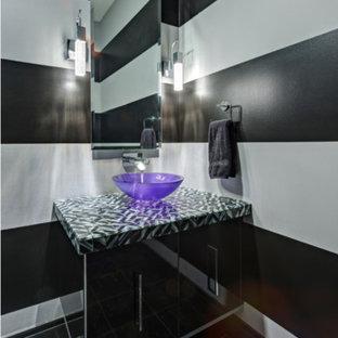 На фото: туалет среднего размера в стиле фьюжн с плоскими фасадами, черными фасадами, черными стенами, полом из терраццо, настольной раковиной, столешницей из плитки, черным полом и разноцветной столешницей с