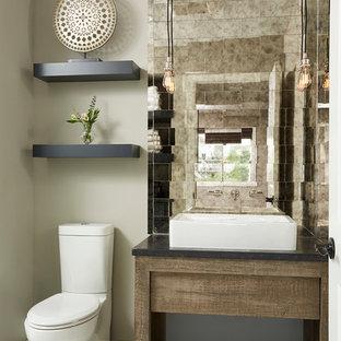 ミネアポリスの小さいトランジショナルスタイルのおしゃれなトイレ・洗面所 (グレーの壁、セラミックタイルの床、大理石の洗面台、濃色木目調キャビネット、分離型トイレ、ミラータイル、ベッセル式洗面器、オープンシェルフ、白いタイル、ベージュのタイル、黒いタイル、白い床) の写真