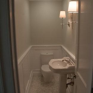 Kleine Klassische Gästetoilette mit Wandtoilette mit Spülkasten, grauer Wandfarbe, Keramikboden, Sockelwaschbecken und grauem Boden in New York