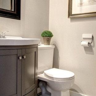 Idee per un piccolo bagno di servizio tradizionale con ante in stile shaker, ante grigie, WC a due pezzi, pareti grigie, pavimento con piastrelle in ceramica, lavabo a consolle, top in superficie solida e pavimento multicolore