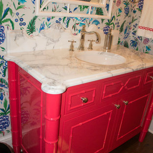Идея дизайна: туалет среднего размера в стиле фьюжн с фасадами островного типа, красными фасадами, разноцветными стенами, темным паркетным полом, врезной раковиной, мраморной столешницей и коричневым полом