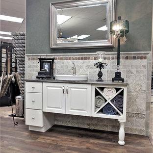 На фото: маленькие туалеты в стиле современная классика с фасадами островного типа, белыми фасадами, зеленой плиткой, керамогранитной плиткой, зелеными стенами, полом из ламината, настольной раковиной, столешницей из гранита, коричневым полом и разноцветной столешницей