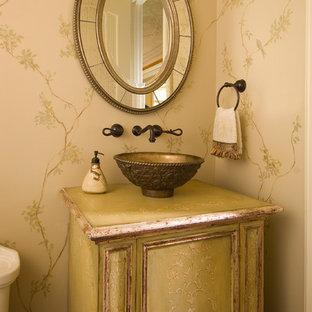Idee per un bagno di servizio mediterraneo con lavabo a bacinella, ante verdi e pareti beige