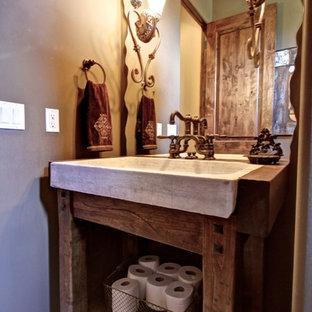 На фото: со средним бюджетом маленькие туалеты в стиле рустика с искусственно-состаренными фасадами, серыми стенами, накладной раковиной, столешницей из дерева и коричневой столешницей