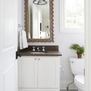 Immagine di un bagno di servizio tradizionale con ante in stile shaker, ante bianche, WC a due pezzi, pareti bianche, pavimento con piastrelle a mosaico, lavabo sottopiano, pavimento blu e top marrone