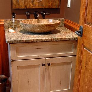 Idée de décoration pour un petit WC et toilettes chalet avec un placard en trompe-l'oeil, des portes de placard en bois vieilli, un mur beige, un sol en ardoise, un lavabo encastré et un plan de toilette en granite.