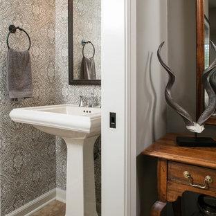 Exemple d'un petit WC et toilettes chic avec un WC séparé, un carrelage marron, un mur gris, un sol en travertin et un lavabo de ferme.