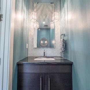 Foto di un bagno di servizio stile shabby di medie dimensioni con ante lisce, ante nere, WC a due pezzi, piastrelle bianche, piastrelle di vetro, pareti blu, pavimento in gres porcellanato, lavabo da incasso, top in granito e pavimento nero