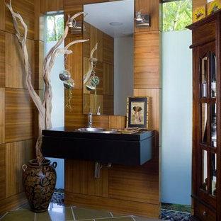 Moderne Gästetoilette mit Einbauwaschbecken, verzierten Schränken, dunklen Holzschränken, Waschtisch aus Holz und Fliesen in Holzoptik in Los Angeles