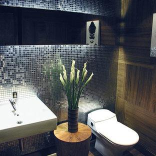 Стильный дизайн: маленький туалет в стиле модернизм с унитазом-моноблоком и подвесной раковиной - последний тренд