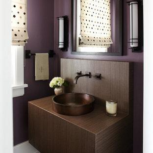 На фото: туалеты в современном стиле с настольной раковиной, плоскими фасадами, темными деревянными фасадами, фиолетовыми стенами и темным паркетным полом