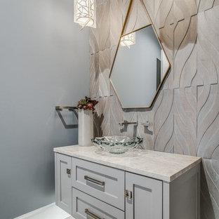 Неиссякаемый источник вдохновения для домашнего уюта: туалет в стиле современная классика с фасадами с утопленной филенкой, серыми фасадами, серой плиткой, цементной плиткой, серыми стенами, светлым паркетным полом, бежевым полом и бежевой столешницей
