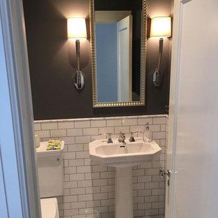 Foto di un piccolo bagno di servizio classico con WC monopezzo, piastrelle bianche, piastrelle diamantate, pareti grigie e lavabo a colonna