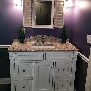 Идея дизайна: маленький туалет в стиле кантри с фиолетовыми стенами, темным паркетным полом, врезной раковиной, фасадами островного типа, желтыми фасадами и столешницей из гранита