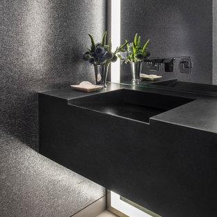 Idee per un bagno di servizio minimal con pareti grigie, parquet chiaro, lavabo integrato e pavimento beige