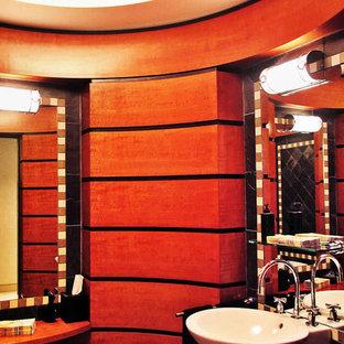 На фото: огромный туалет в стиле модернизм с фасадами островного типа, фасадами цвета дерева среднего тона, унитазом-моноблоком, разноцветной плиткой, каменной плиткой, раковиной с пьедесталом и столешницей из дерева