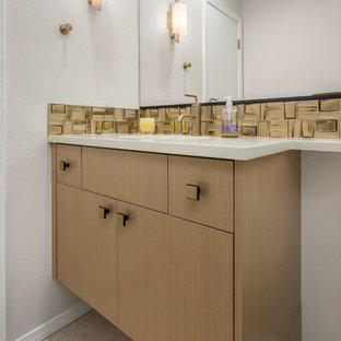 Idee per un grande bagno di servizio classico con ante lisce, ante in legno chiaro, WC a due pezzi, piastrelle gialle, piastrelle a mosaico, pareti grigie, pavimento in gres porcellanato, lavabo sottopiano e top in quarzo composito