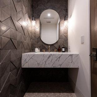 Idee per un bagno di servizio classico di medie dimensioni con ante bianche, WC monopezzo, piastrelle in ceramica, pareti nere, pavimento in marmo, lavabo integrato, top in marmo, pavimento bianco, top bianco e mobile bagno sospeso