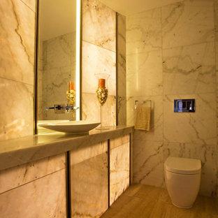 Idee per un grande bagno di servizio con WC monopezzo, piastrelle multicolore, piastrelle di marmo, pareti multicolore, pavimento in marmo, lavabo a colonna, top in marmo e pavimento multicolore