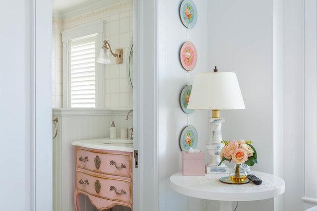 Shabby chic-inspirerad Toalett by J G Popper Custom Builder LLC