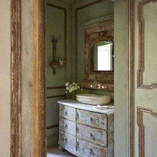 Réalisation d'un WC et toilettes style shabby chic avec une vasque, un placard en trompe-l'oeil et un mur vert.