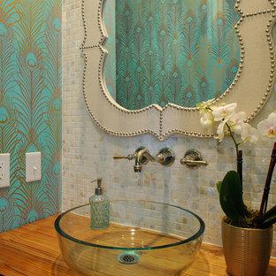 Ispirazione per un bagno di servizio stile marino con lavabo a bacinella, top in legno, piastrelle multicolore, piastrelle a mosaico, pareti multicolore e top marrone