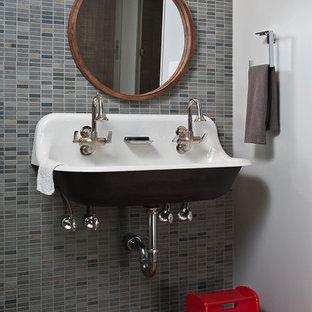 Idée de décoration pour un WC et toilettes design de taille moyenne avec un carrelage gris, des carreaux de céramique, un mur marron, un sol en liège, une grande vasque et un sol gris.