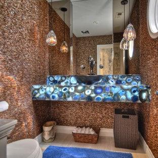 Aménagement d'un WC et toilettes bord de mer de taille moyenne avec un WC séparé, un carrelage rouge, carrelage en mosaïque, un mur rouge, un sol en bois clair, une vasque, un plan de toilette en onyx, un sol beige et un plan de toilette bleu.