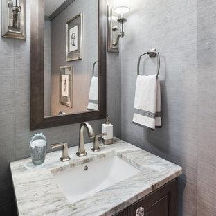 Удачное сочетание для дизайна помещения: маленький туалет в стиле кантри с фасадами с выступающей филенкой, коричневыми фасадами, раздельным унитазом, серой плиткой, серыми стенами, полом из винила, врезной раковиной, столешницей из гранита, коричневым полом и разноцветной столешницей - самое интересное для вас