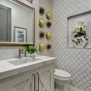 Kleine Maritime Gästetoilette mit verzierten Schränken, weißen Schränken, grauer Wandfarbe, Mosaik-Bodenfliesen, integriertem Waschbecken, Marmor-Waschbecken/Waschtisch, buntem Boden, farbigen Fliesen und grauer Waschtischplatte in Orange County