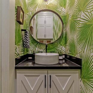 Kleine Maritime Gästetoilette mit Schrankfronten im Shaker-Stil, weißen Schränken, Aufsatzwaschbecken, Granit-Waschbecken/Waschtisch, grüner Wandfarbe und schwarzer Waschtischplatte in Houston